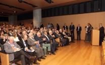 Η αίθουσα του Μουσείου κατάμεστη από κόσμο  κατά τη διάρκεια της πρώτης ημέρας του Διεθνούς Συνεδρίου. Στο βήμα ο Πρόεδρος του Συλλόγου των Αθηναίων κ. Ελευθέριος Σκιαδάς.