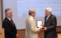 Ο Πρόεδρος της Ελληνικής Δημοκρατίας κ. Προκόπιος Παυλόπουλος απονέμει το μετάλλιο του Συλλόγου των Αθηναίων στον Καθηγητή κ. Εμμανουήλ Κορρέ. Αριστερά ο Πρόεδρος του Συλλόγου των Αθηναίων κ. Ελευθέριος Σκιαδάς.
