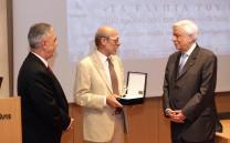 Ο Πρόεδρος της Ελληνικής Δημοκρατίας κ. Προκόπιος Παυλόπουλος και ο Πρόεδρος του Συλλόγου των Αθηναίων κ. Ελευθέριος Σκιαδάς κατά την απονομή του χρυσού μεταλλίου του Συλλόγου στον Καθηγητή κ. Εμμανουήλ Κορρέ.