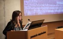 Στο βήμα η δημοσιογράφος κ. Νατάσσα Δομνάκη, συντονίστρια του Διεθνούς Συνεδρίου.