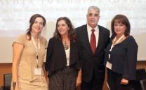 Ο Πρόεδρος του Συλλόγου των Αθηναίων κ. Ελευθέριος Σκιαδάς με τη συντονίστρια δημοσιογράφο κ. Νατάσσα Δομνάκη και τις κυρίες Βασιλεία Μανιδάκη και Μαρία Ιωαννίδου.