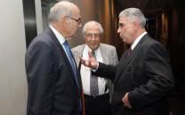 O Πρόεδρος του Συλλόγου των Αθηναίων κ. Ελευθέριος Σκιαδάς συνομιλεί με τον Ομ. Καθηγητή της Νομικής Σχολής κ. Βασίλειο Σκουρή.