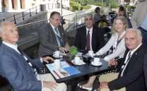 O Πρόεδρος του Συλλόγου των Αθηναίων κ. Ελευθέριος Σκιαδάς με το Μέλος του ΔΣ κ. Στράτη Στρατήγη και τους κ.κ. Βαρελά και Αθανάσιο Κοσμόπουλο καθώς και το μέλος κ. Λουκία Βαρελά.