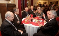 Από αριστερά ο Πρόεδρος του Μουσείου της Πόλεως των Αθηνών Βούρου Ευταξία κ. Αντώνιος Βογιατζής, ο κ. Πέτρος Πολίτης, ο Ταμίας του Συλλόγου κ. Θεοφάνης Θεοφανόπουλος, η δικηγόρος κ. Λουκία Βαρελά, ο συγγραφέας κ. Νικόλαος Παραδείσης και ο Πρόεδρος του Συλλόγου κ. Ελευθέριος Σκιαδάς