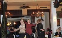 Μέλη του Συλλόγου χορεύουν.