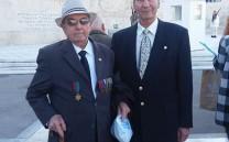 Ο Αντιπρόεδρος του Συλλόγου κ. Δημήτριος Τουκας με τον 92χρονο κ. Αντώνιο Τσιμουρή. Ήταν αρχικελευστής στο αντιτορπιλικό «Βασίλισσα Όλγα» το οποίο βυθίστηκε στη Λέρο τον Σεπτέμβριο 1943.