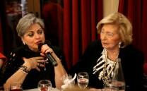 Η κ. Βάσω Ανδρουλακάκη τραγουδά τα κάλαντα. Δίπλα της η κ. Σάκη Κυπραίου.
