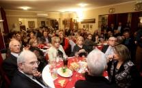 Άποψη της αίθουσας. Στο πρώτο τραπέζι μεταξύ άλλων διακρίνονται το ζεύγος Χατζιώτη, ο Πρόεδρος του Μουσείου της Πόλεως των Αθηνών κ. Αντ. Βογιατζής, ο κ. Βαρελάς, η κ. Μυρτώ Βρεττού και η κ. Νικολετοπούλου- Scott.