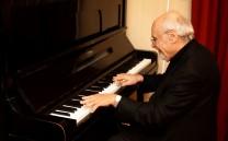 Στο πιάνο ο κ. Νίκος Ανδρουλακάκης.