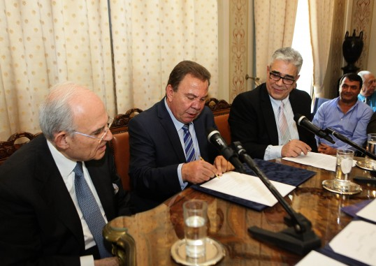 Ο Δήμαρχος Ασπροπύργου κ. Νικ. Μελετίου υπογράφει το Μνημόνιο Συνεργασίας.