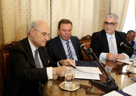 Ο Πρόεδρος του Μουσείου της Πόλεως των Αθηνών Ιδρύματος Βούρου-Ευταξία ενώ υπογράφει το Μνημόνιο Συνεργασίας.