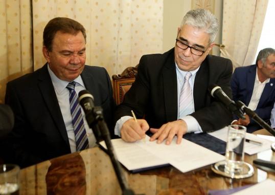 Ο Πρόεδρος του Συλλόγου των Αθηναίων κ. Ελ.Σκιαδάς υπογράφει το Μνημόνιο Συνεργασίας.