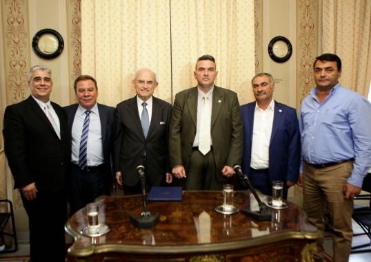 Ο Πρόεδρος του Συλλόγου των Αθηναίων κ. Ελ. Σκιαδάς, ο Δήμαρχος Ασπροπύργου κ. Νικ. Μελετίου, ο Πρόεδρος του Μουσείου της Πόλεως των Αθηνών - Ιδρύματος Βούρου-Ευταξία κ. Αντώνιος Βογιατζής, ο Εντεταλμένος Σύμβουλος και Αντιπρόεδρος της Επιτροπής Παιδείας Ασπροπύργου κ.Αντώνιος Κοναξής και ο ΑΝτιδήμαρχος Ασπροπύργου κ. Παντελής Σαββίδης