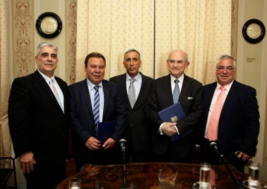 Από αριστερά προς τα δεξιά ο Πρόεδρος του Συλλόγου των Αθηναίων κ. Ελ. Σκιαδάς, ο Δήμαρχος Ασπροπύργου κ. Νικ. Μελετίου, ο κ. Γεώργιος Μελετίου, ο Πρόεδρος του Μουσείου της Πόλεως των Αθηνών Ιδρύματος Βούρου-Ευταξία κ. Αντ. Βογιατζής και ο Γενικός Γραμματέας του Δήμου Ασπροπύργου κ. Αθανάσιος Χούπης.