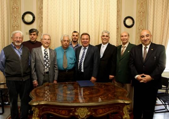 Ο Δήμαρχος Ασπροπύργου κ. Νικ. Μελετίου με μέλη το Διοικητικού Συμβουλίου του Συλλόγου των Αθηναίων