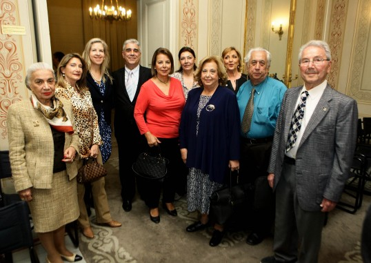 Ο Πρόεδρος του Συλλόγου των Αθηναίων κ. Ελ. Σκιαδάς με τον Αντιπρόεδρο κ. Αγγ. Παπαγγελή και τον Ταμία κ. Θεοφάνη Θεοφανόπουλο και μέλη του Συλλόγου των Αθηναίων. Διακρίνονται οι κ.κ. Λουκία Βαρελά, Φιλοθέη Δέδε Μπενιζέλου, Ειρήνη Ξακουστή, Ρέα Σκούρτα, Μαρία Σούρδη και Αναστασία Μαμάη.
