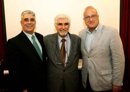 Από αριστερά προς τα δεξιά ο κ. Ελευθέριος Γ. Σκιαδάς, Πρόεδρος του Συλλόγου των Αθηναίων, ο κ. Στυλιανός Μουζάκης, Ερευνητής Ιστορίας Πολιτισμών και ο κ. Ιάκωβος Ναυπλιώτης Πρόεδρος της Εραλδικής και Γενεαλογικής Εταιρείας της Ελλάδος.