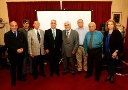 Οι διοργανωτές της εκδηλώσεως με τα μέλη του Διοικητικού Συμβουλίου του Συλλόγου των Αθηναίων. Διακρίνονται μεταξύ άλλων ο Πρόεδρος κ. Ελ. Σκιαδάς, ο Γεν. Γραμματέας κ. Εμμ. Καρανίκας, οι Αντιπρόεδροι κ.κ. Δημ. Τούκας και Αγγ. Παπαγγελής, η Ειδ. Γραμματέας κ. Χρυσούλα Τσίγκρη, το Μέλος Δ.Σ. κ. Παν. Γυφτόπουλος και ο κ. Στυλιανός Μουζάκης.
