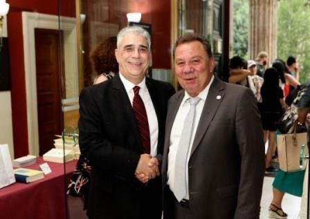 Ο Δήμαρχος Ασπροπύργου κ. Νικ. Μελετίου με τον Πρόεδρο του Συλλόγου των Αθηναίων κ. Ελ. Σκιαδά