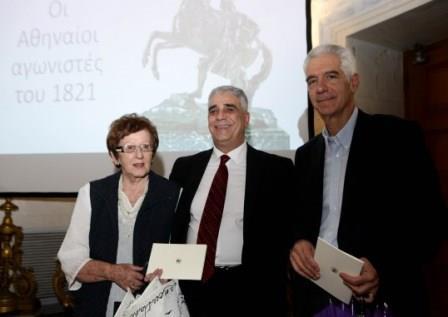 Ο Πρόεδρος του Συλλόγου των Αθηναίων με μέλη της οικογένειας Γέροντα.