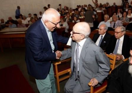 Ο Αντιπρόεδρος της Βουλής κ. Νικήτας Κακλαμάνης με το Επίτιμο Μέλος του Συλλόγου των Αθηναίων κ. Ευάγγελο Μουστάκα.