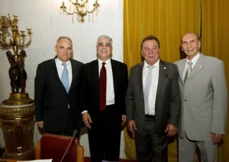Ο Πρόεδρος του Συλλόγου των Αθηναίων κ. Ελ.Σκιαδάς με τον Δήμαρχο Ασπροπύργου κ.Νικ. Μελετίου, τον κ. Κωνσταντίνο Βελέντζα και τον Αντιπρόεδρο του Συλλόγου κ. Δημ. Τούκα.
