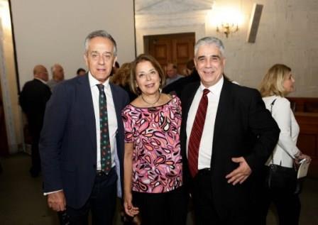 Ο Πρόεδρος του Συλλόγου των Αθηναίων κ. Ελ. Σκιαδά με τα μέλη του Συλλόγου κ. Ειρήνη Ξακουστή και κ. Πέτρο Πολίτη.