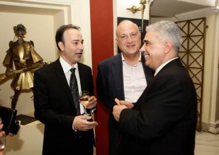 Ο Πρόεδρος του Συλλόγου των Αθηναίων κ. Ελ. Σκιαδάς με τον Πρόεδρο της Εραλδικής και Γενεαλογικής Εταιρείας κ. Ιάκωβο Ναυπλιώτη και τον κ. Ιωάννη Βλαζάκη.