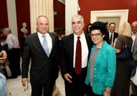 Ο Πρόεδρος του Συλλόγου των Αθηναίων κ. Ελ. Σκιαδάς με τον κ. Κωνσταντίνο Βελέντζα και η τραγουδοποιός Ευσταθία.