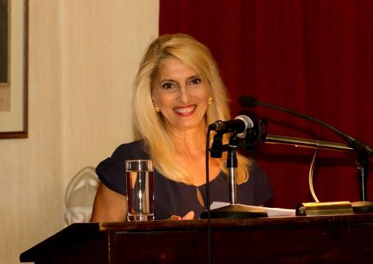 Στο βήμα η δημοσιογράφος κ. Ελένη Κάραμποτ.