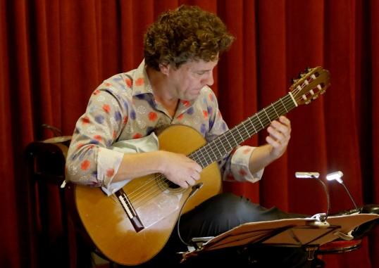Ο κ. Αντώνιος Έρημος με την κιθάρα του.