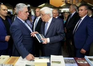 Ο Πρόεδρος της Ελληνικής Δημοκρατίας κ. Προκόπιος Παυλόπουλος με τον Αντιδήμαρχο και Πρόεδρο του Συλλόγου κ. Ελευθέριο Σκιαδά συνομιλούν μπροστά από το περίπτερο.