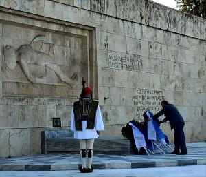 Ο Αντιπρόεδρος του Συλλόγου των Αθηναίων κος Δημήτριος Τούκας καταθέτει στεφάνι.
