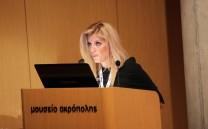 Η κα Ελένη Αλεξανδρή ενώ διαβάζει τον χαιρετισμό της κας Μαριάννας Βαρδινογιάννη Πρέσβεως Καλής Θελήσεως της UNESCO.