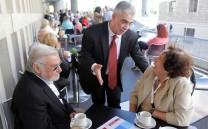 O Πρόεδρος του Συλλόγου των Αθηναίων κ. Ελευθέριος Σκιαδάς με μέλη του Συλλόγου στο cafe του Μουσείου της Ακροπόλεως.