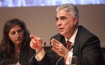 Ο Πρόεδρος του Συλλόγου των Αθηναίων κ. Ελευθέριος Σκιαδάς. Δίπλα του η δημοσιογράφος κ. Νατάσσα Δομνάκη.